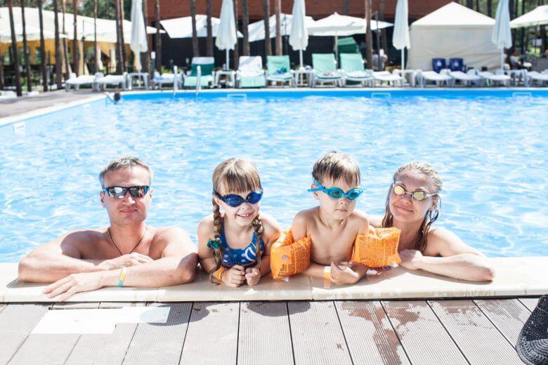 プール 持ち物 子供 家族