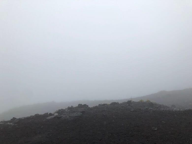 富士山6合目 雨 景色