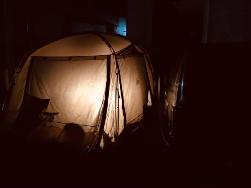 コールマンバッテリーガードテントの外から見た明るさ