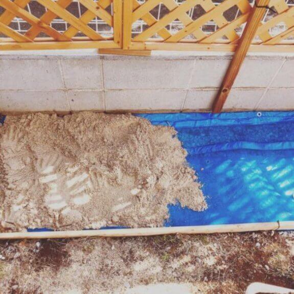 砂場に砂を敷く