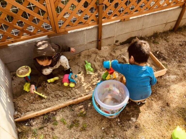 自宅の庭で砂場遊び1